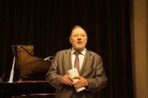 Sławomir Czarnecki wita gości koncertu Sławomira Zamuszki